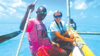 坦桑尼亚(Tanzania)的沙发主人带着咏涵出海体验独桅帆船。