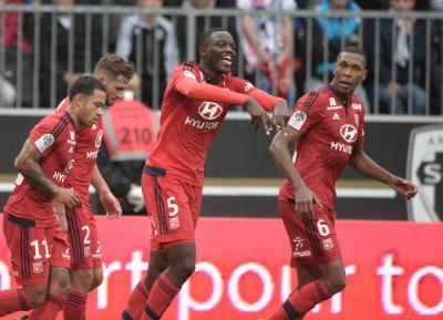 里昂后卫马塞洛(右1)遇红牌罚下,危得剩下10人口之球队被对手逼和。