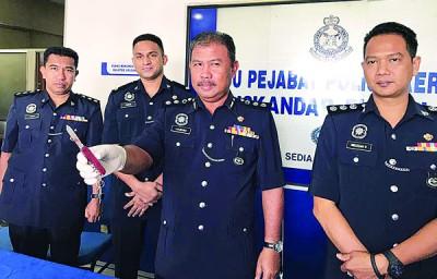 诺哈欣(右2)向媒体展示39岁男子刺伤同事时,所使用的折叠刀。左起阿末、古玛和利祖安。