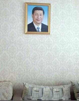 """新疆政府要求从10月1天建政58年""""国庆日""""开头,少数民族家庭都须挂上习近平肖像。"""