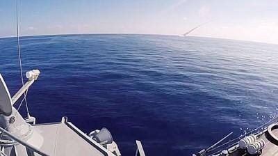 俄军潜艇水下发射巡航导弹。