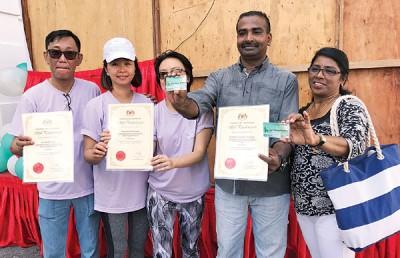 麦俊华夫妇(左起)、李淑玲及添玛噶瓦苏夫妇向媒体展示捐赠器官证书及器官捐赠卡。