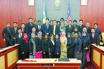 28名参与青年议会青年与黄汉伟(中排左7起)、诺丽拉和丁国亮(中排右2)在议会厅内合照留念。