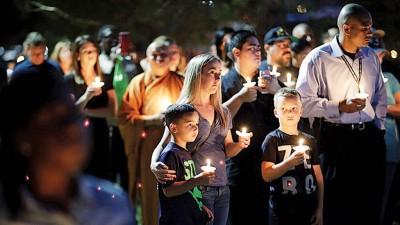 大众日前点从烛光悼念死者。