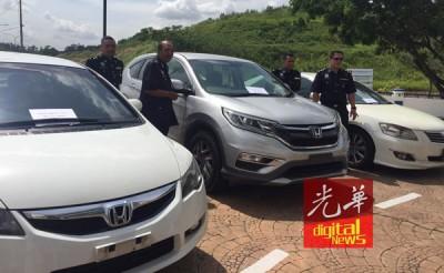 警方在逮捕行动中充公了3辆豪华轿车。