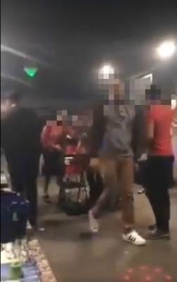 数名麻坡警员被指光顾娱乐场所。(取自网络视频截图)
