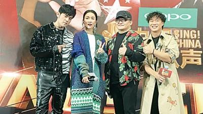 《中国新歌声》4位导师周杰伦(左起)、那英、刘欢、陈奕迅一起接受采访。