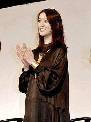 武井咲以黑色宽松洋装和平底娃娃鞋造型亮相。
