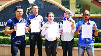 胡智胜一行人向反贪会投报及要求扣查希尔米。左起:周明伟、胡智胜、黄俊奇、西蒂及阿里。
