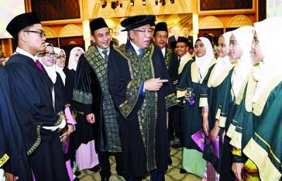 马哈兹尔(中)出席大马教育文凭及大马高等教育文凭学生毕业礼后,与毕业生们谈笑风声。