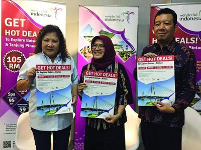 李慧贞(左起)、黎兹基韩达雅妮及哈里斯在记者会上简介本地至峇淡岛旅游优惠配套详情。