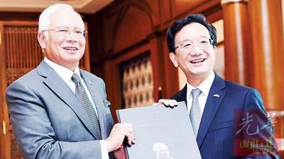 黄惠康临别大马前往首相署向首相纳吉告别,获首相赠送《纳吉40年,40张照片》一书。
