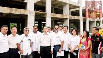 林冠英(左5)在沙鲁扎曼等人的陪同下,巡视由房屋发展机构在日落洞区内所进行的廉价及中廉价屋房屋计划。