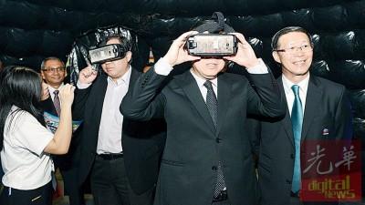 林冠英(右2)与陆兆福(左3)体验VR视频,右为陈国良。