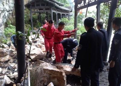 旅行社透露,团员在景区内步行时被落石击中。