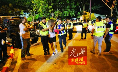 警方在球场外逮捕了至少6名制造骚乱的球迷。