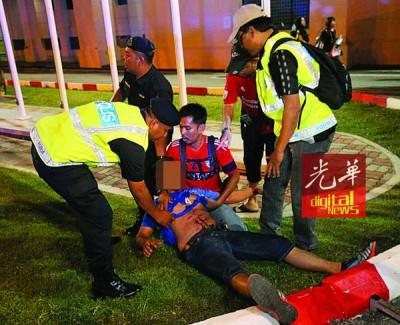 被爆竹炸伤的球迷由救护人员紧急送院救治。