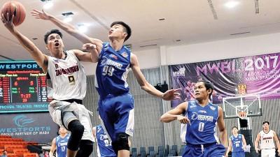 槟城的李训闻积极防守菲律宾球员。