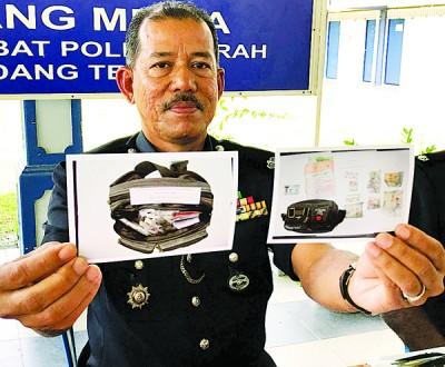 诺依里亮警方所起获到黑色腰包里珍藏有毒品的相片。