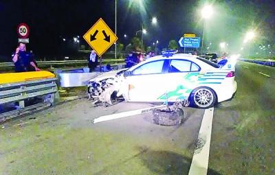 其中一辆警车遭嫌犯轿车碰撞后失控撞围栏,驾驶及前座的警员因此受伤。