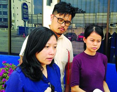 郑诗云(左)与陈佩琪(右)周二报案后对记者发表谈话,中为李存孝。