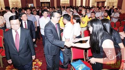 廖中莱(中)与出席者交流。左为方天兴。