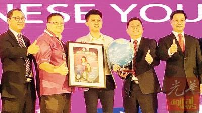 王琮钦(左4起)颁发纪念品予张盛闻。右起为方天兴及林家全。
