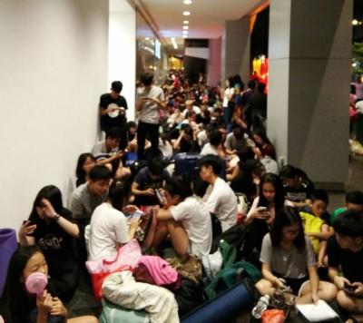 学友粉丝霸占了桂和广场外的走廊,人龙越夜越长。