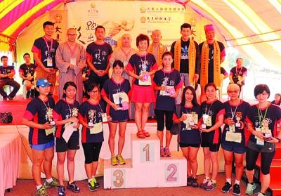 女子公开组得奖者与嘉宾合照,后排左起林圆入、传灯、宗昱、吕法门、宗华、许文友及黄歆峰。