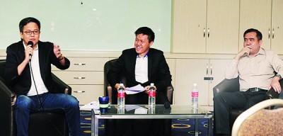 颜炳寿(左)与陆兆福(右)政见不同,辩论期间火药味十足。