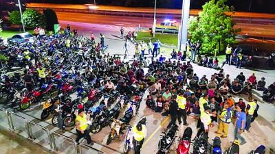 逾百名摩托车骑士半夜遇警截查被开罚单。