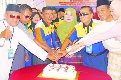 玛蒂雅(中)代表沙哈宁主持开幕及庆祝全国保安员协会成立2周年纪念。