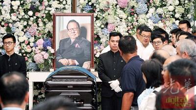 杨忠礼举殡,数千亲朋好友齐送行。