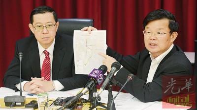 """曹观友(右)出示证明指,环境局曾在2008年5月22日,针对当地2项发展计划提出的意见表示""""没有阻碍""""。左为首长林冠英。"""