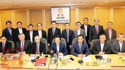 叶翃胡(坐者左起)、卢成全、郭明发、戴良业、王宏伟、张昌国、陈镇明等呼吁中小企业善用政府所提供的奖掖。