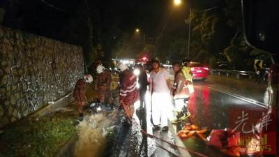 消拯队在抵达现场后展开搜救工作。现场的水流速度相当急。