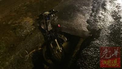 现场遗留下失踪华裔骑士的摩托车。