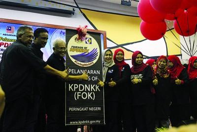 左2起理查马力肯及韩沙再努丁主持KPDNKK之友推展礼。