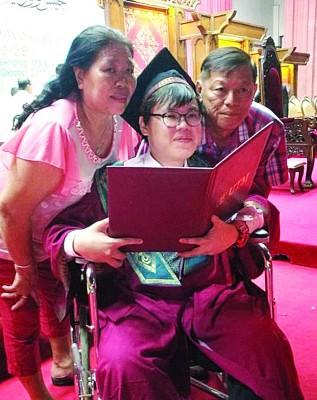 温美枝(左)和韩友(右)为儿子韩庆中优异的学习表现感到骄傲。