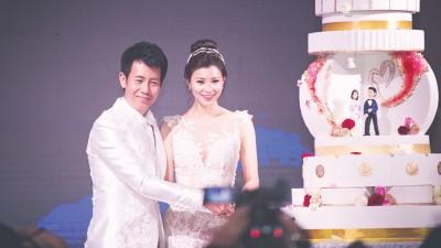 黄耀勝亲自设计当晚的婚纱和晚装。