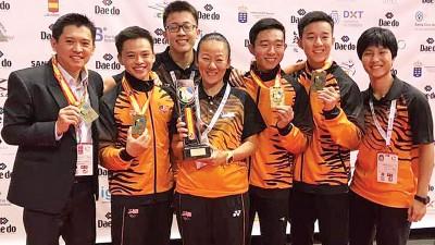 教练邱仁杰(左)和林莉莉(左3)满意弟子的表现。