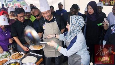 部门家庭日,阿末扎希(左3起)与夫人一同为下属下厨,大展身手。