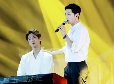 朴宝剑(左)去年曾惊喜现身宋仲基北京见面会,为他弹琴伴奏。