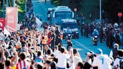 因当前的政治局势,出于安全方面的考虑,皇马决定弃用本身的巴士,改用当地的大巴前往球场。在保安森严的情况下,大量赫罗纳球迷出现在路边等待皇马球员来临。