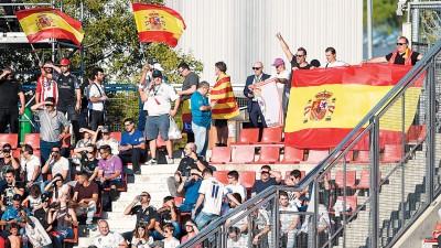 皇马球迷挥舞西班牙国旗。