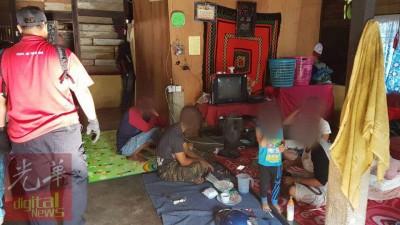 两名单亲妈妈、两名儿子及一名友人在马打亚也乌浪的一间租屋吸毒时被逮捕。