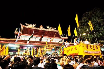 普吉岛九皇爷庆典热闹庄严,吸引众多善信前往膜拜和参与相关活动。(档案照)