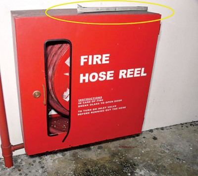 陈先生代表消防栓箱开不了,只能用铁条来开始。