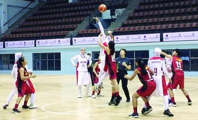 大马青年女篮与伊朗队在开场跳球。