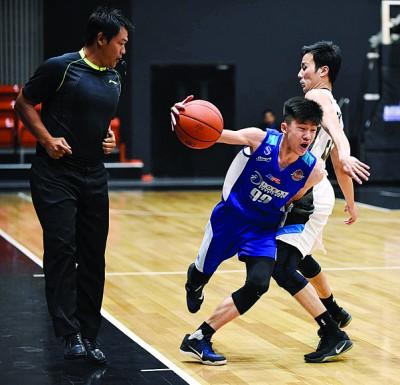 槟城宝马李训闻(中)尝试突破鼎盛飞鹰马志勤的防守。